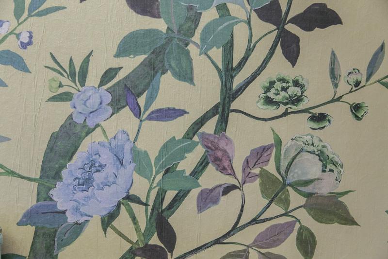 Цветочный рисунок настенного панно в интерьере кухни