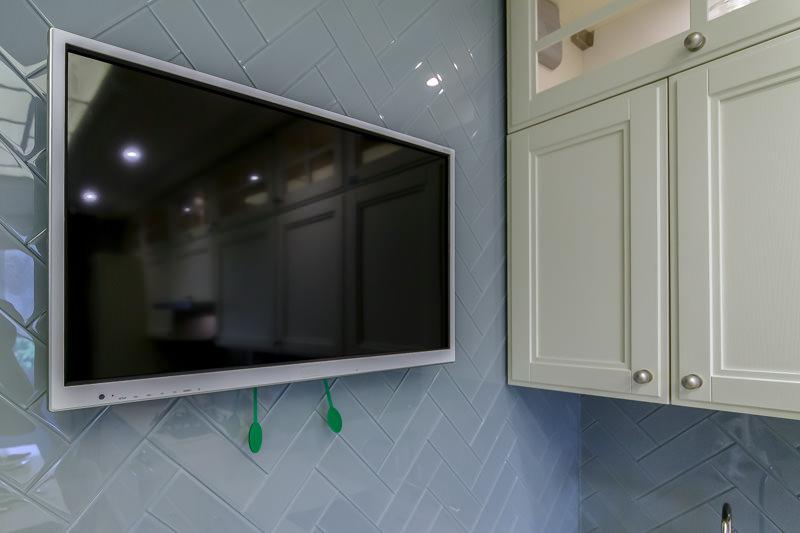 Современный плазменный телевизор на стене кухни
