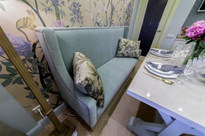 Декоративные подушки на диване в интерьере кухни