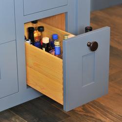Выдвижные ящики разных размеров позволяют разместить в них все необходимые вещи