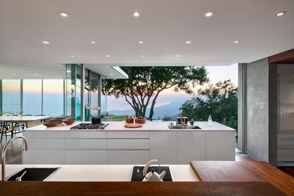 Современный дизайн интерьера кухни в белом цвете с видом на море