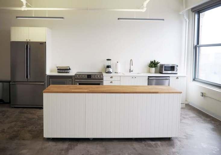 Дизайн интерьера кухни студии с большим столом