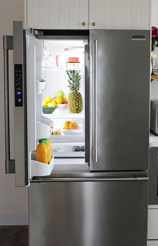Дизайн интерьера кухни студии: вместительный холодильник