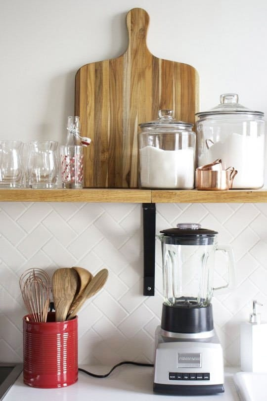 Дизайн интерьера кухни студии: удобные полочки для инвентаря