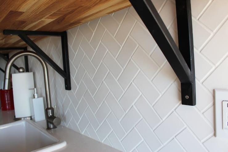 Дизайн интерьера кухни студии: прямоугольная белая плитка