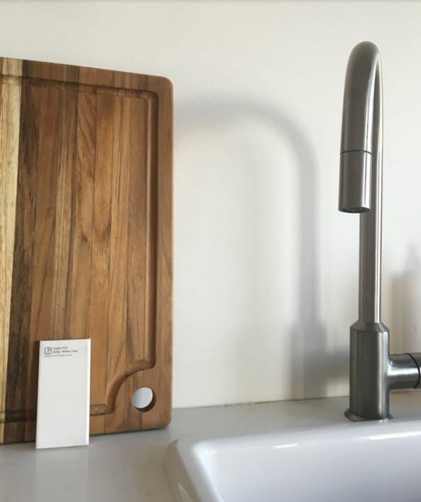 Дизайн интерьера кухни студии: металлический кран