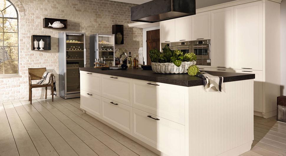 Светлый дизайн интерьера кухни в классическом стиле