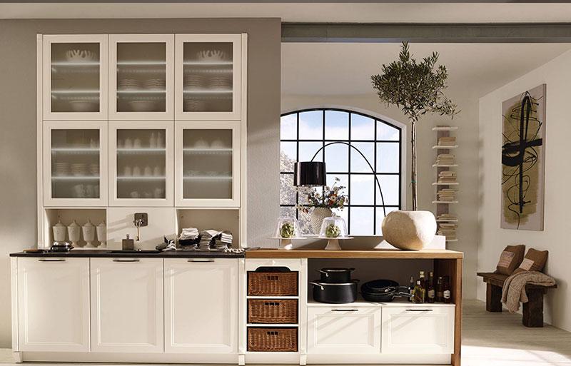 Открытые полки гарнитура в дизайне интерьера кухни в классическом стиле