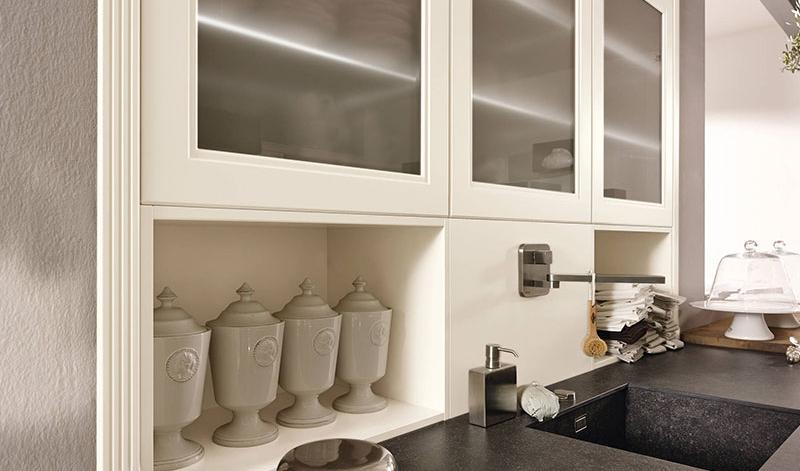 Чёрная мраморная столешница в дизайне интерьера кухни в классическом стиле
