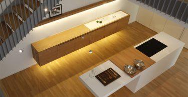 Дизайн интерьера светлой кухни под лестницей