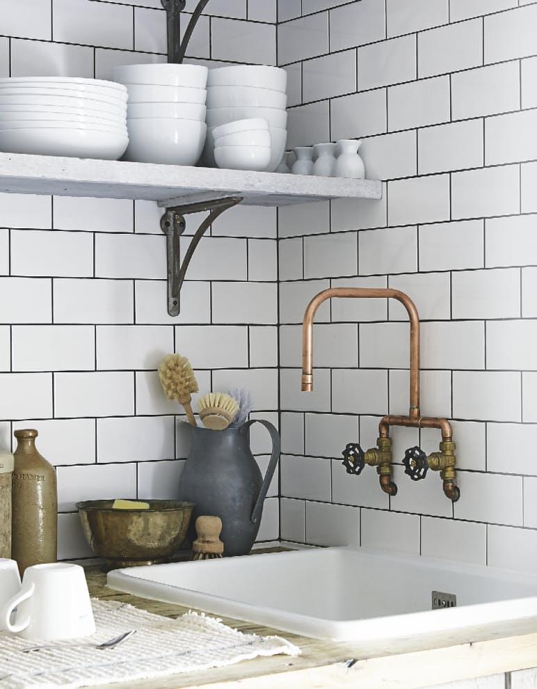 Дизайн кухни с медью: кран в винтажном стиле