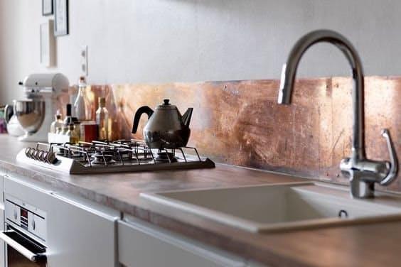 Дизайн кухни с медью: низкий медный плинтус