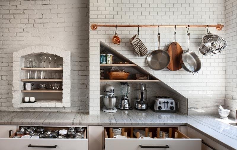 Дизайн кухни с медью: перекладина для посуды