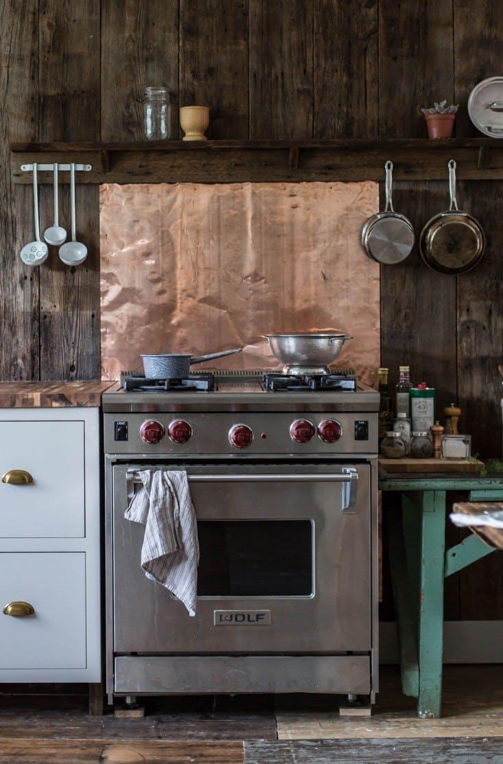 Дизайн кухни с медью: защитная панель над плитой