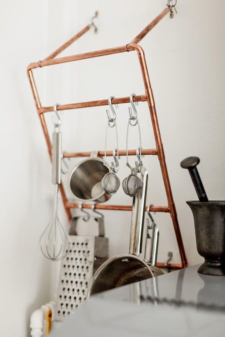 Дизайн кухни с медью: стойка для посуды