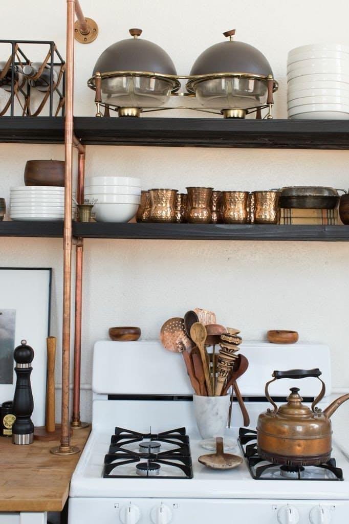 Дизайн кухни с медью: оригинальный чайник на плите
