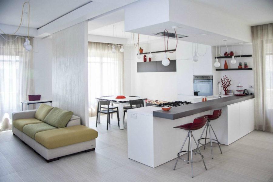 Дизайн кухни с полуостровом - серая столешница на белом фоне