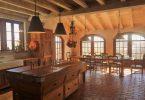 Дизайн деревянной кухни в деревенском стиле