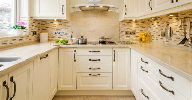 Вариант дизайна кухни в доме для больших и маленьких помещений