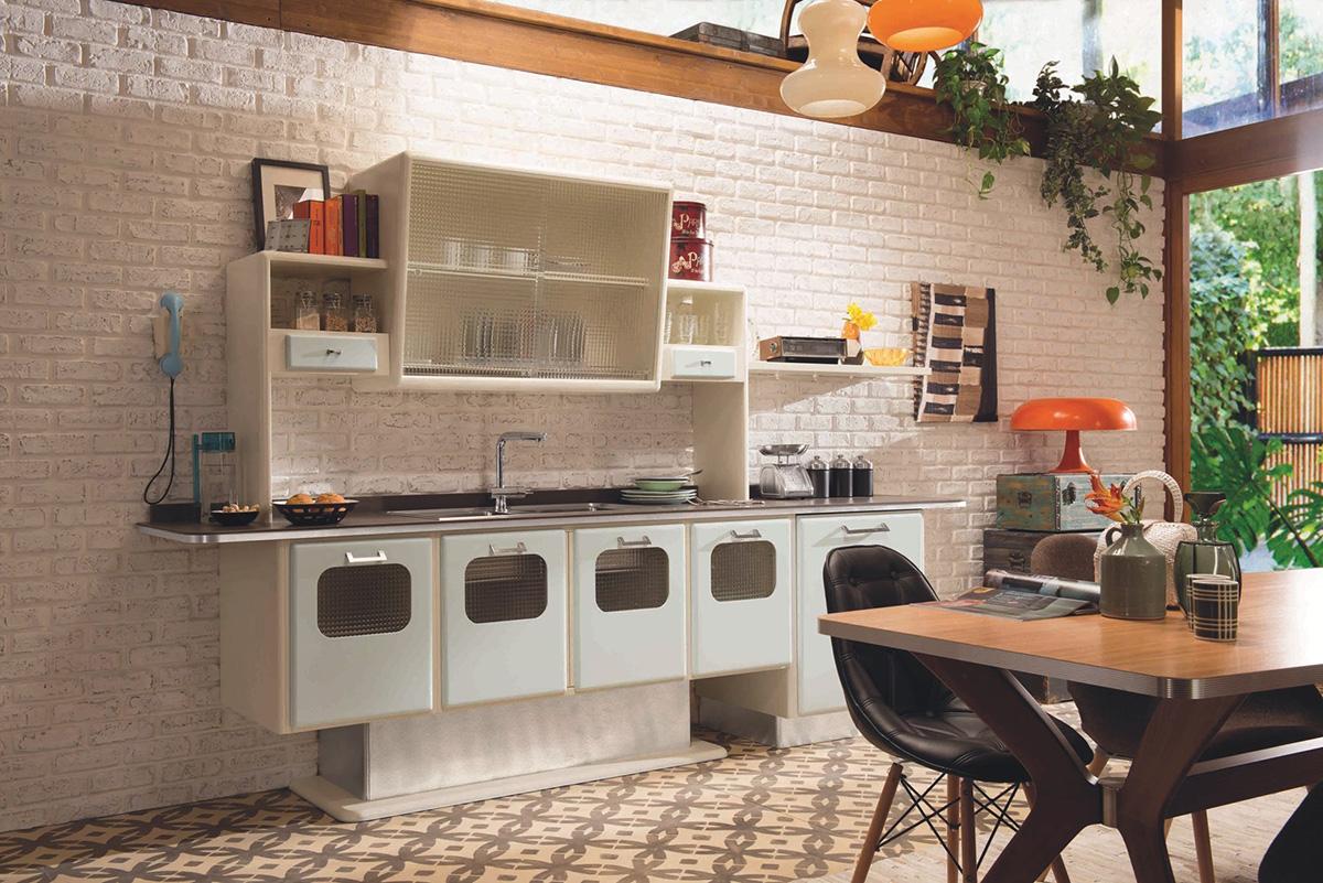 Дизайн кухни в стиле ретро: оранжевые абажуры у ламп