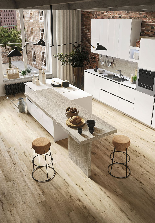 Чёрный светильник в дизайне кухни в светлых тонах