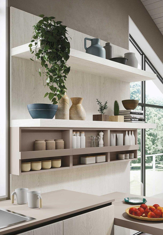 Открытые подвесные полки в дизайне кухни в светлых тонах