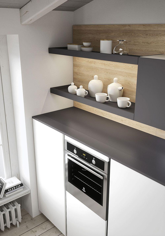 Чёрные полочки в дизайне кухни в светлых тонах