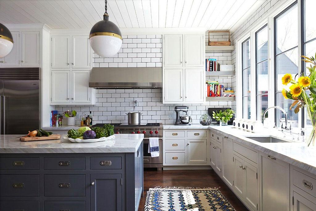 Дизайн кухонного фартука плиткой в сочетании с белым гарнитуром