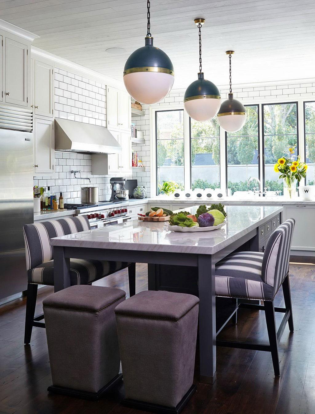Дизайн кухонного фартука плиткой в сочетании с мраморной столешницей