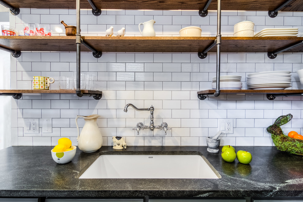 Деревянные полки в дизайне кухонной комнаты