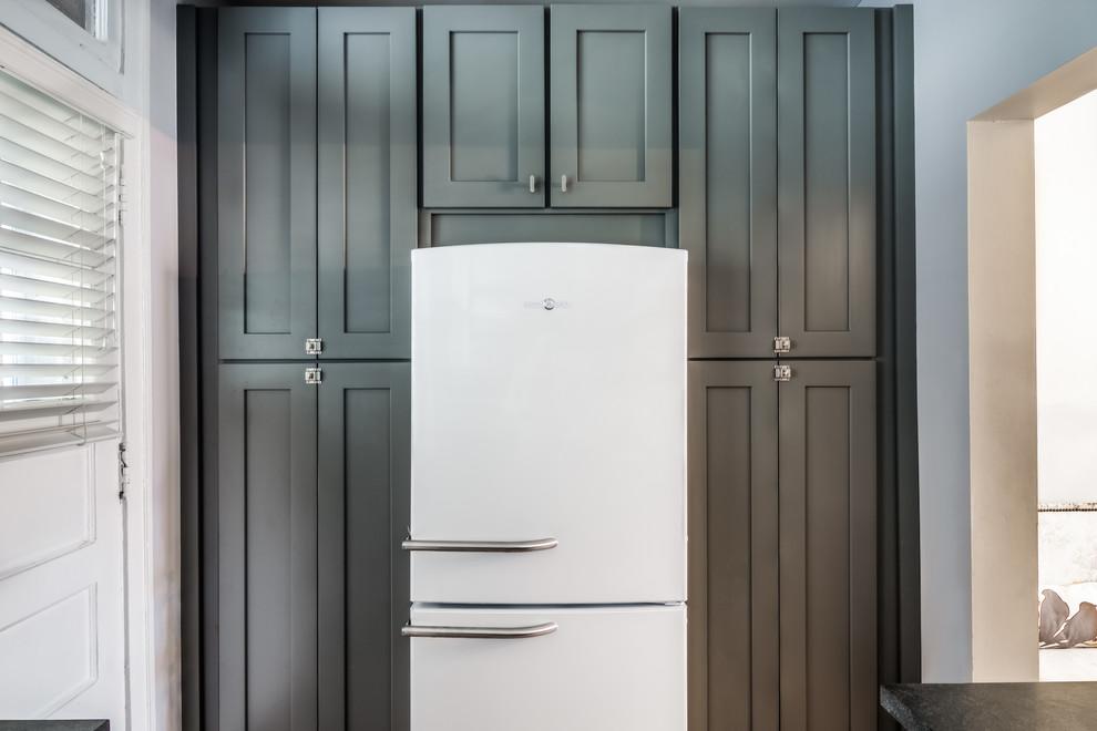 Серые шкафы в дизайне кухонной комнаты