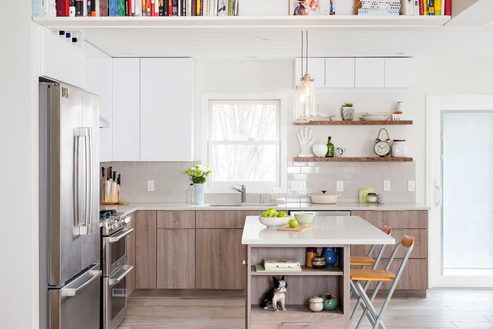 Нежно-серая плитка на оформлении фартука в дизайне кухонной комнаты