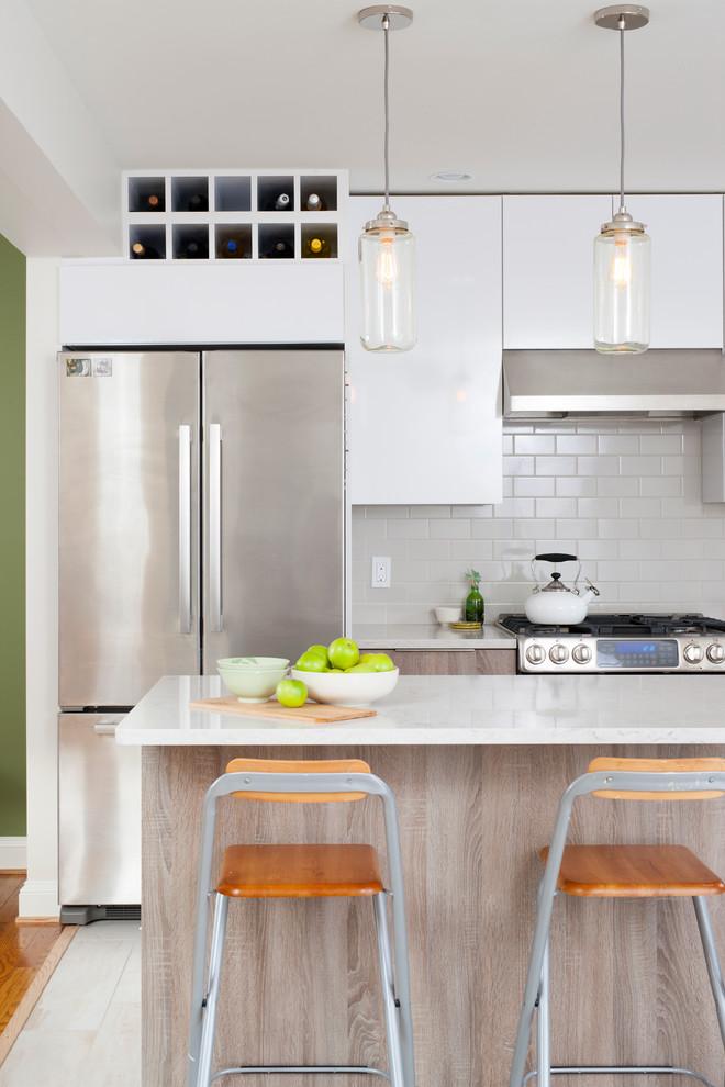 Светильники со стеклянным абажуром в дизайне кухонной комнаты