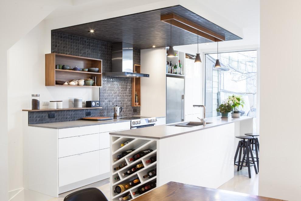 Кухонный остров с винными полками в дизайне кухонной комнаты
