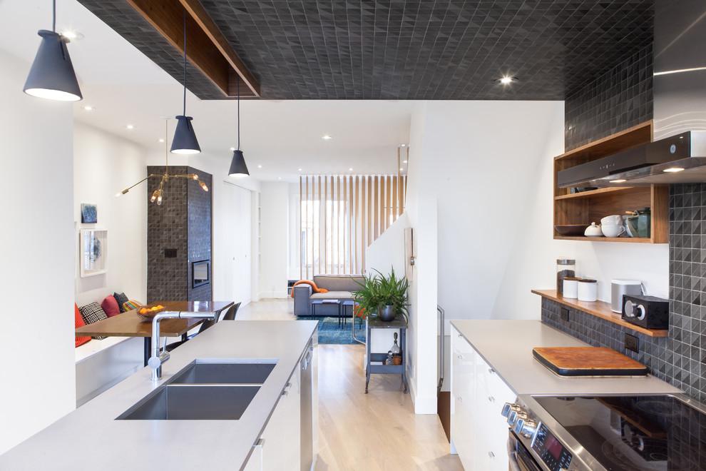 Чёрный потолок из плитки в дизайне кухонной комнаты