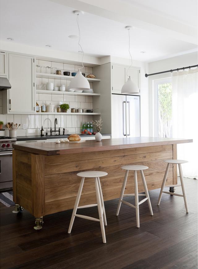 Дизайн кухонной мебели: кухонный остров из натурального дерева