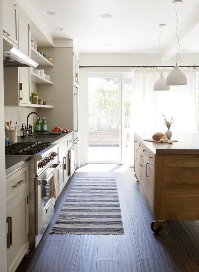 дизайн кухонной мебели в белом цвете
