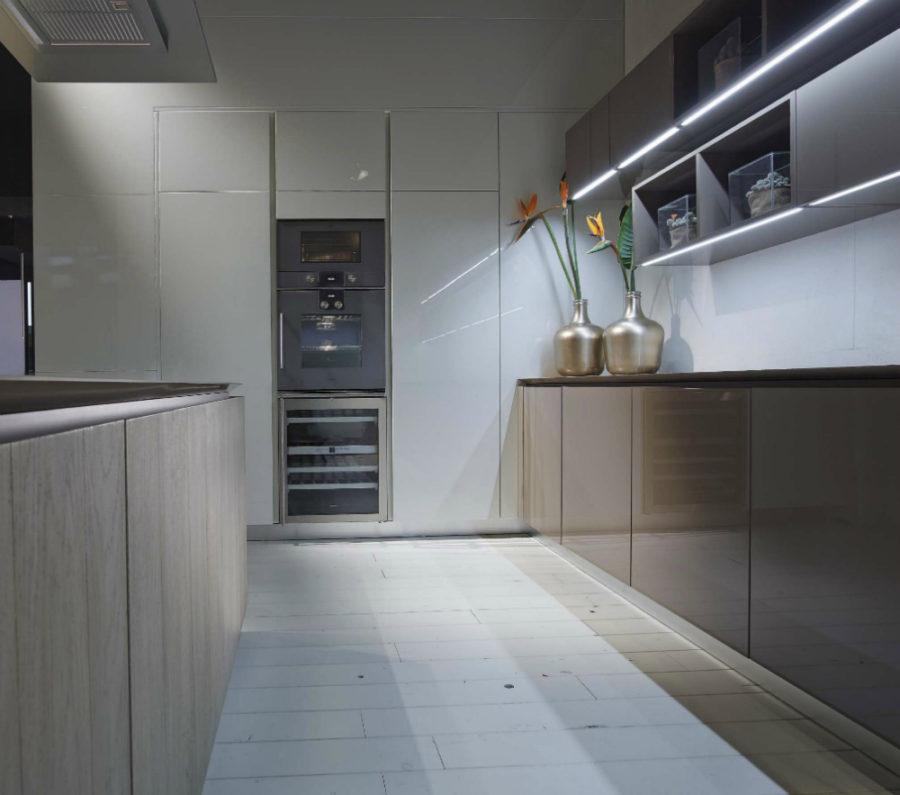 Дизайн кухонной мебели из коллекции FLY Oak Kitchen от RiFRA - металлические кувшины с цветами
