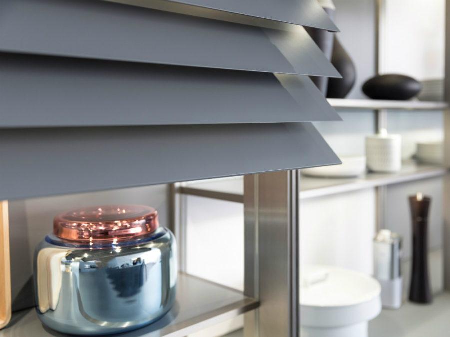 Дизайн кухонных шкафов - голубая серебристая баночка