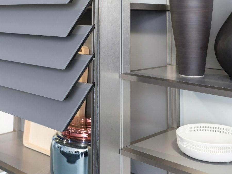 Дизайн кухонных шкафов - голубая серебристая баночка на полке