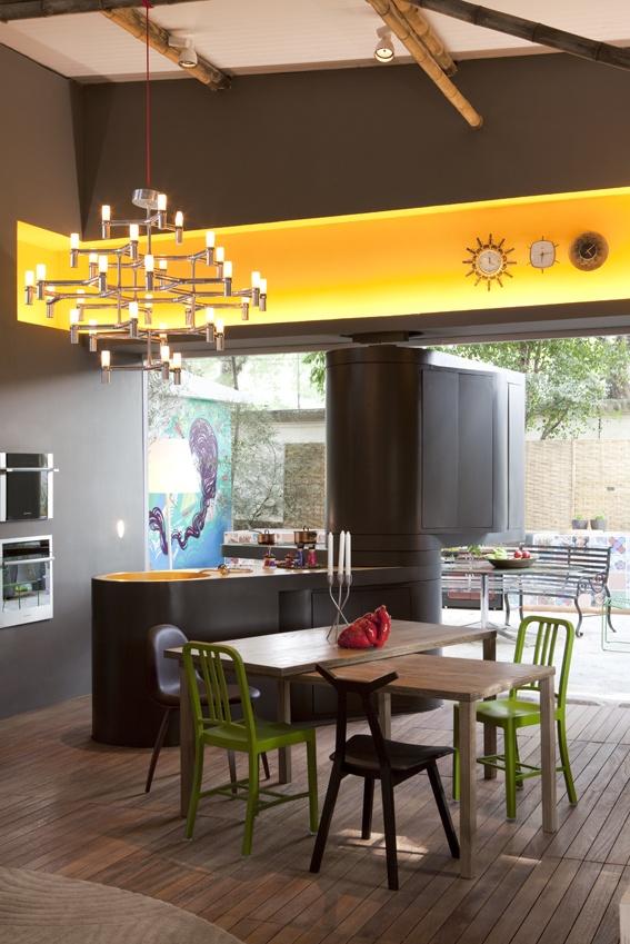 Дизайн летней кухни с Г-образной стойкой, поворачивающейся вокруг своей оси