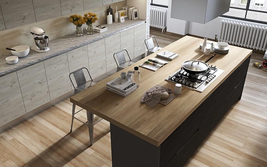 Тёмный кухонный остров с деревянной столешницей в дизайне мужской кухни