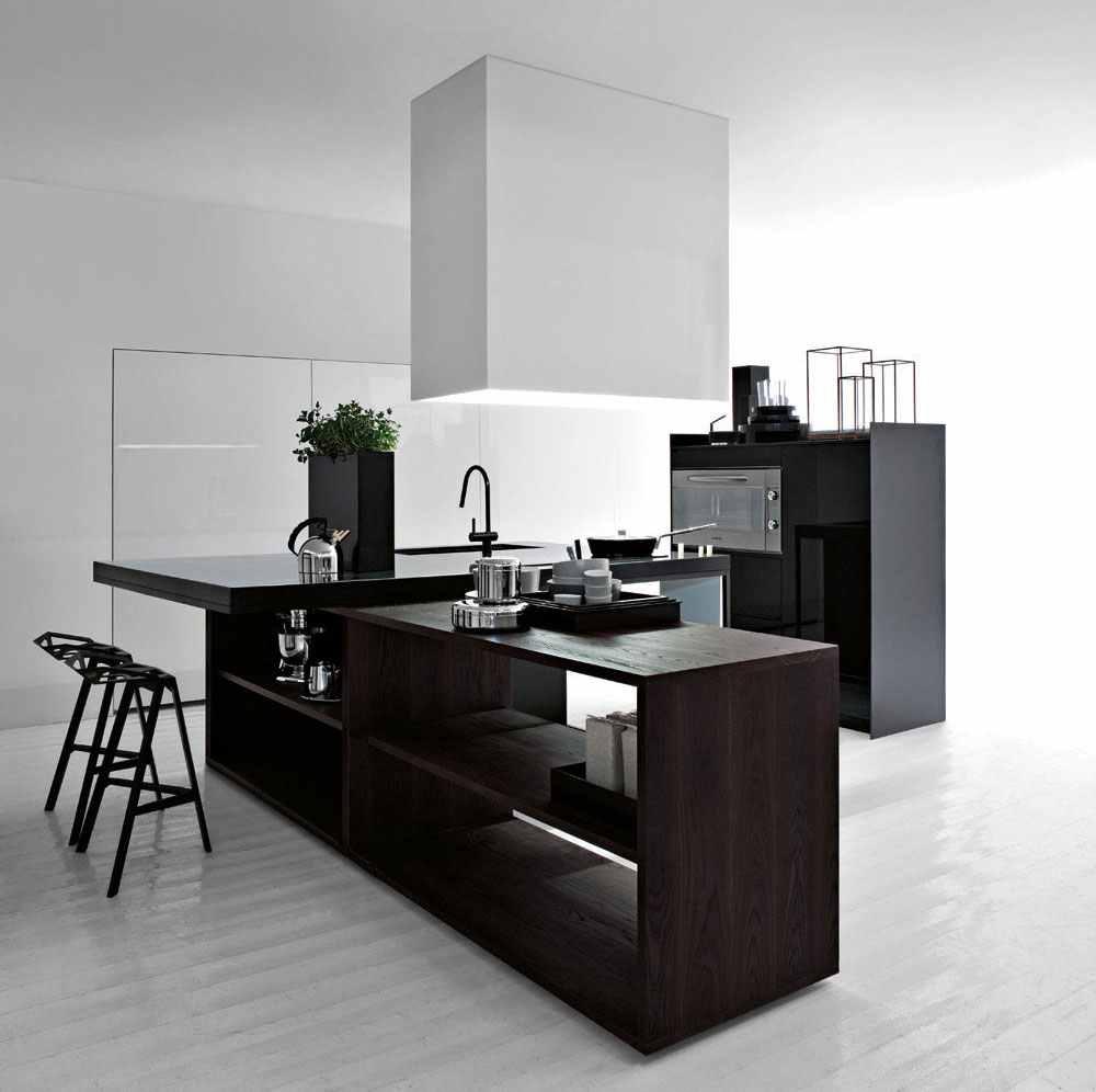 Чёрный деревянный гарнитур в дизайне мужской кухни