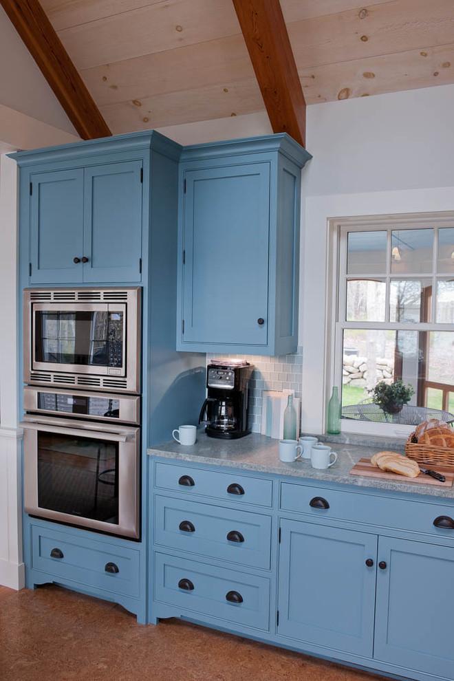 Стильный дизайн рабочей зоны кухни - синий цвет в интерьере
