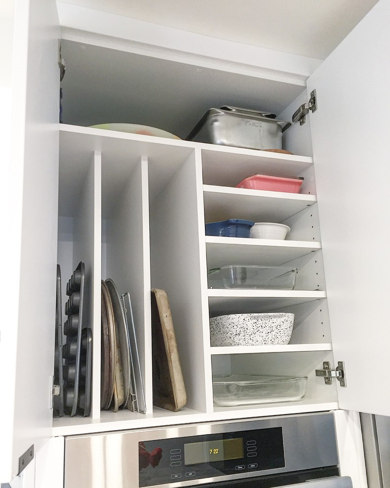 Стильный дизайн рабочей зоны кухни - полочки и разделители