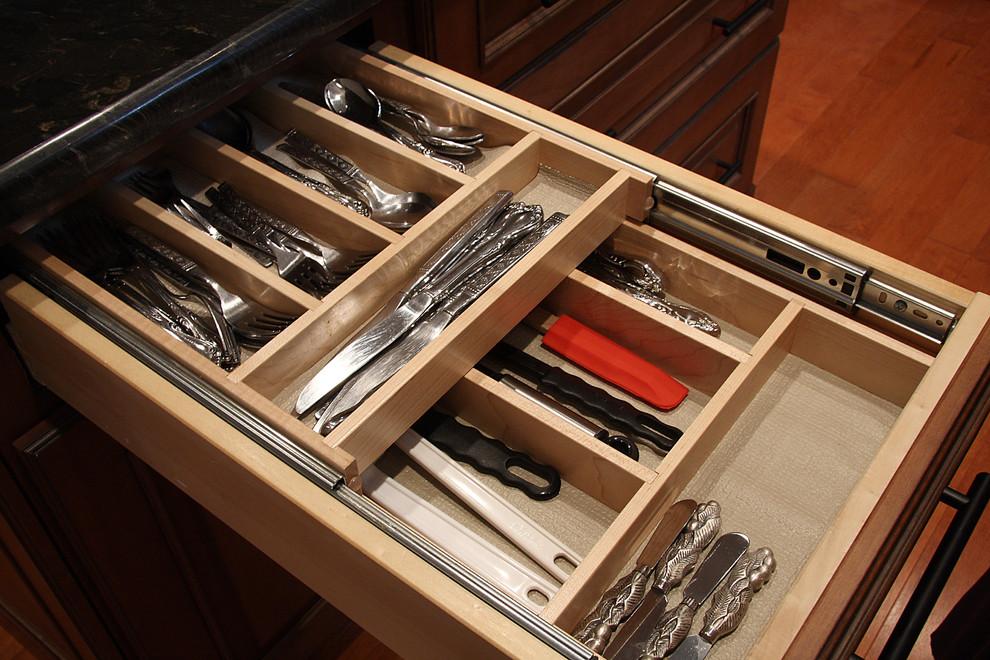 Стильный дизайн рабочей зоны кухни - разделители в ящике со столовыми приборами