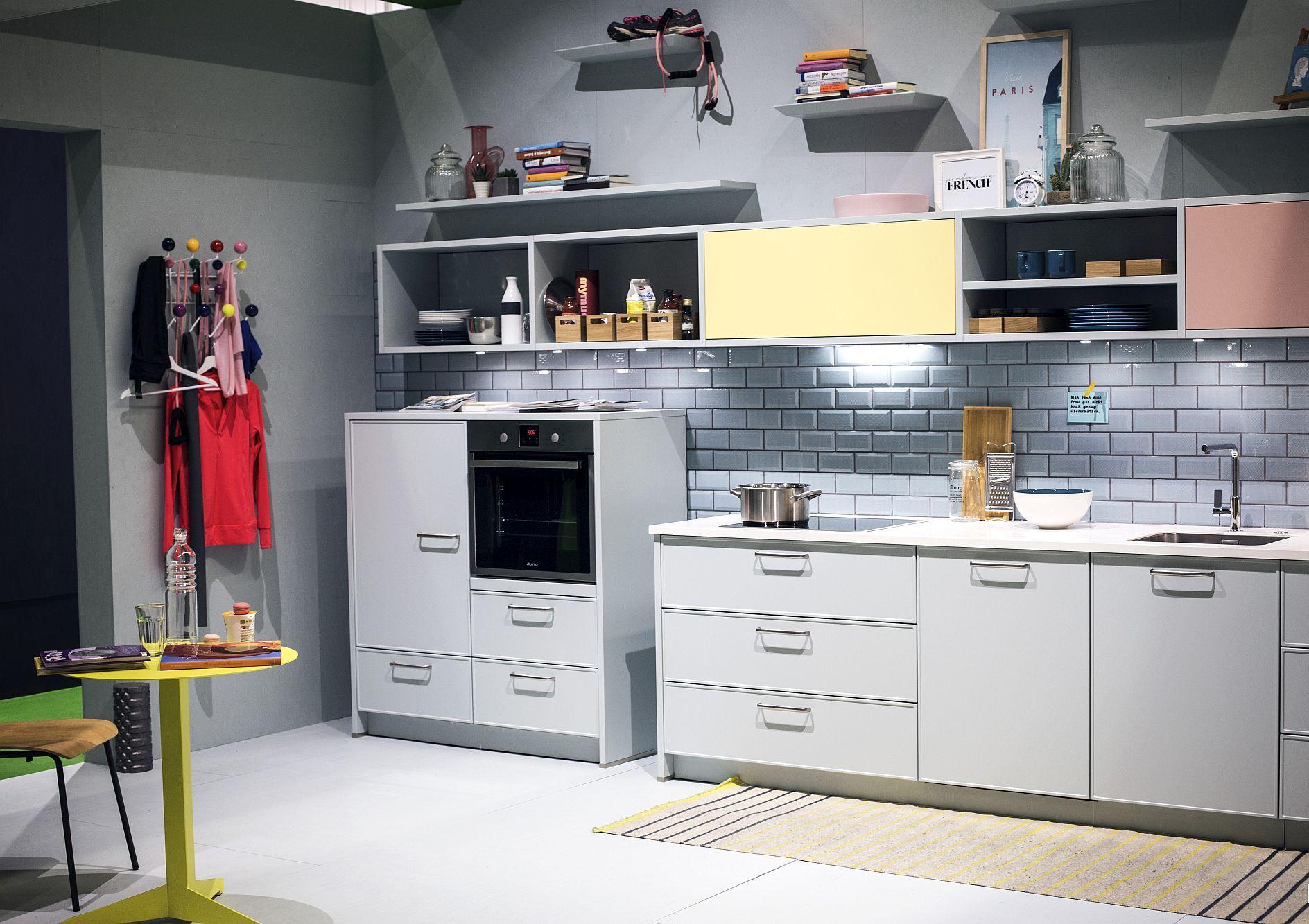 Cовременный дизайн серо-белой кухни с различными текстурами - фото 1