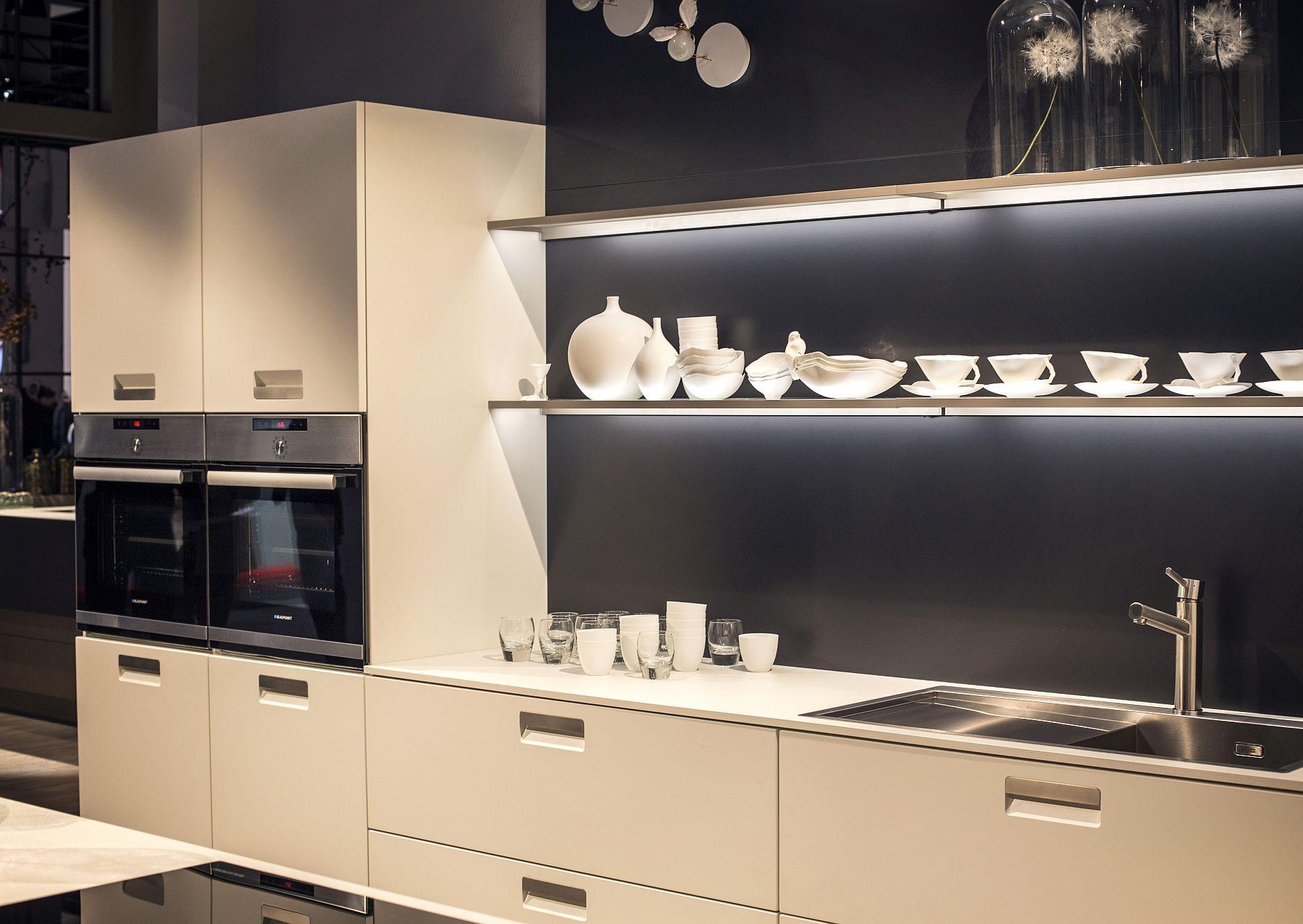 Cтильный дизайн серо-белой кухни - фото 3