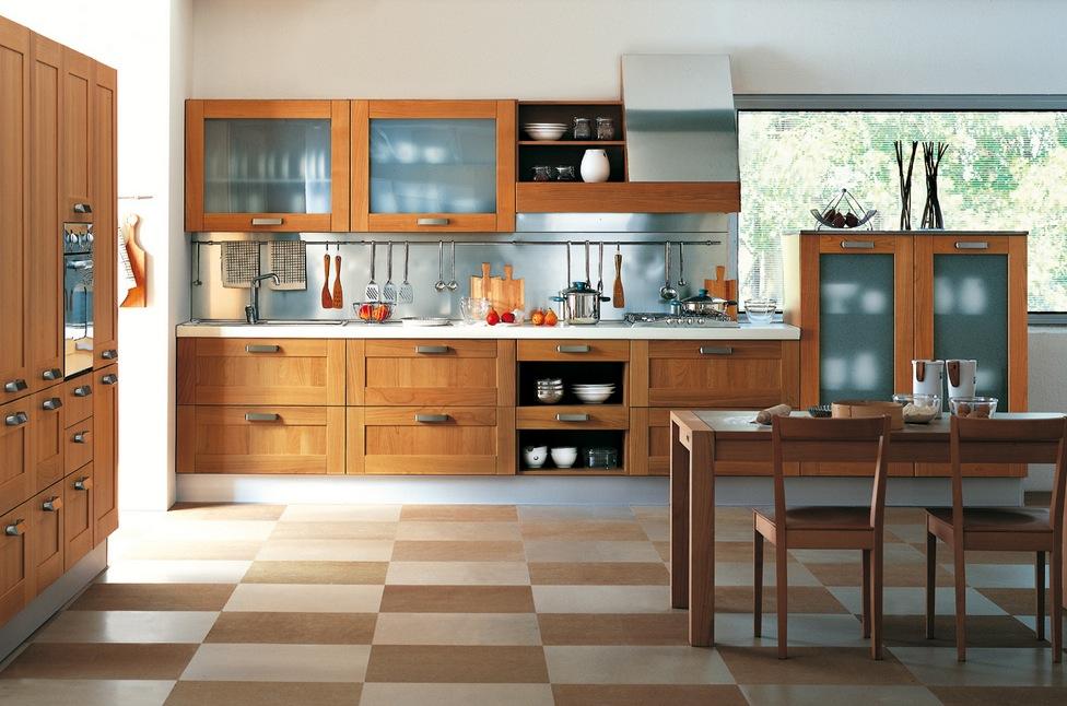 Деревянный кухонный гарнитур со стеклянными вставками в интерьере
