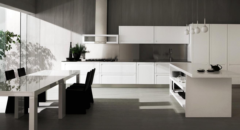 Насыщенные чёрные стулья в интерьере кухни